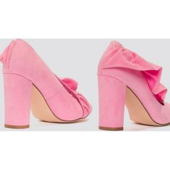 Buty ślubne damskie: NA-KD Shoes Czółenka na średnim obcasie z falbanką - Pink