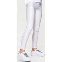 Spodnie damskie: Coatingowe spodnie high waist – Biały