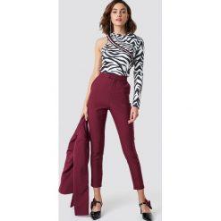 NA-KD Trend Dopasowane spodnie garniturowe - Red. Białe spodnie z wysokim stanem marki NA-KD Trend, z nadrukiem, z jersey, z okrągłym kołnierzem. Za 202,95 zł.