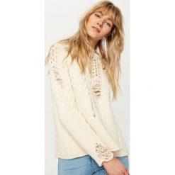 Swetry klasyczne damskie: Sweter z efektem damage – Kremowy