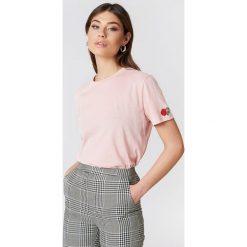 NA-KD T-shirt Rose Sleeve Embroidery - Pink. Różowe t-shirty damskie NA-KD, z bawełny, z okrągłym kołnierzem. W wyprzedaży za 30,48 zł.