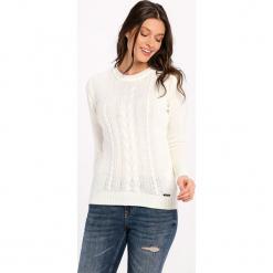 Sweter w kolorze kremowym. Białe swetry klasyczne damskie marki Jimmy Sanders, l, ze splotem, z dekoltem w łódkę. W wyprzedaży za 99,95 zł.