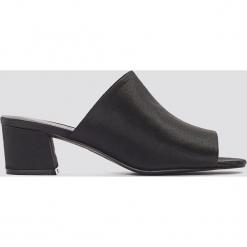 NA-KD Shoes Satynowe klapki na niskim obcasie - Black. Czarne chodaki damskie NA-KD Shoes, z satyny, na niskim obcasie. W wyprzedaży za 46,19 zł.