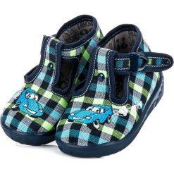 MACI domowe obuwie w kratkę. Niebieskie buciki niemowlęce chłopięce RAWEKS. Za 39,99 zł.