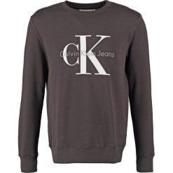 Calvin Klein Jeans CREW NECK Bluza meteorite. Czarne kardigany męskie marki Calvin Klein Jeans, m, z bawełny. W wyprzedaży za 359,20 zł.