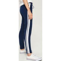 Spodnie dresowe damskie: Spodnie dresowe z lampasami - Granatowy