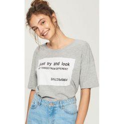 T-shirt z hasłem - Jasny szar. Szare t-shirty damskie marki Sinsay, l. W wyprzedaży za 19,99 zł.