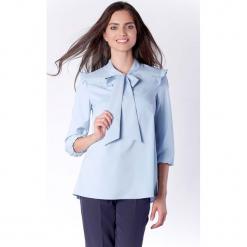 Kobieca Błękitna Bluzka z Dekoracyjnym Wiązaniem i Falbanką. Czerwone bluzki nietoperze marki Molly.pl, l, z jeansu, biznesowe, z dekoltem na plecach, z długim rękawem. W wyprzedaży za 130,11 zł.