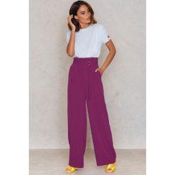 NA-KD Trend Spodnie z zakładkami i szerokimi nogawkami - Purple. Białe spodnie z wysokim stanem marki NA-KD Trend, z nadrukiem, z jersey, z okrągłym kołnierzem. Za 202,95 zł.