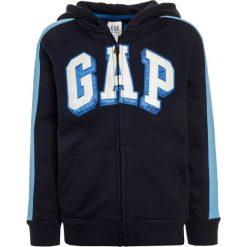 GAP BOYS ACTIVE ARCH HOOD Bluza rozpinana true indigo. Niebieskie bluzy dziewczęce GAP, z bawełny. Za 129,00 zł.