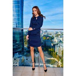 VIVIEN Kobieca sukienka z marszczeniami granatowy. Niebieskie długie sukienki marki numoco, na imprezę, s, w kwiaty, z jeansu, sportowe, sportowe. Za 159,90 zł.