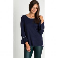 Granatowy sweter z rozkloszowanymi rękawami QUIOSQUE. Niebieskie swetry klasyczne damskie marki QUIOSQUE, m, z dekoltem na plecach. W wyprzedaży za 59,99 zł.