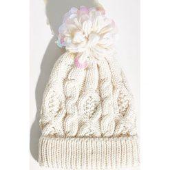 Czapka z aplikacją - Kremowy. Białe czapki zimowe damskie marki Sinsay, z aplikacjami. Za 29,99 zł.
