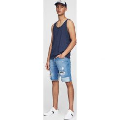 Bermudy męskie: Jeansowe kontrastowe bermudy z przetarciami.