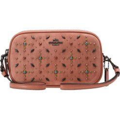 Coach CROSSBODY CLUTCH Torba na ramię melon. Czarne torebki klasyczne damskie marki Coach. W wyprzedaży za 579,50 zł.