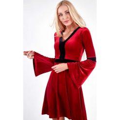 Sukienka welurowa z rozszerzanymi rękawami czerwona 1600. Czerwone sukienki Fasardi, l, z weluru. Za 59,00 zł.