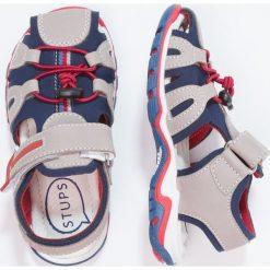 STUPS Sandały trekkingowe grey. Szare sandały męskie skórzane STUPS, z otwartym noskiem. W wyprzedaży za 132,30 zł.