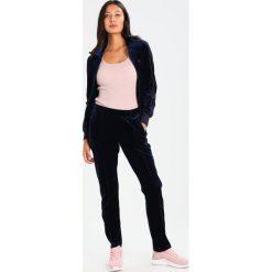 Adidas Originals FIREBIRD Kurtka sportowa dark blue. Szare kurtki sportowe damskie marki adidas Originals, na co dzień, z nadrukiem, z bawełny, casualowe, z okrągłym kołnierzem, proste. W wyprzedaży za 239,20 zł.