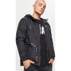 Kurtka z nadrukiem - Czarny. Czarne kurtki męskie marki Cropp, l, z nadrukiem. W wyprzedaży za 99,99 zł.