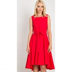 Malinowa rozkloszowana sukienka z dłuższym tyłem QUIOSQUE. Różowe sukienki na komunię marki QUIOSQUE, na wesele, w paski, z materiału, rockowe, z kokardą, bez rękawów, rozkloszowane. W wyprzedaży za 99,99 zł.