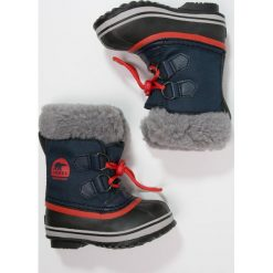 Sorel YOOT PAC Śniegowce collegiate navy/sail red. Niebieskie buty zimowe chłopięce Sorel, z materiału. W wyprzedaży za 239,25 zł.