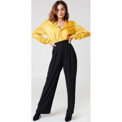 Spodnie z wysokim stanem: NA-KD Classic Rozszerzane spodnie - Black