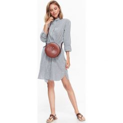 DŁUGA KOSZULA W PASKI Z MODNYM WIĄZANIEM W STYLU JESSICA MERCEDES. Szare koszule wiązane damskie marki Top Secret, w paski, eleganckie, z długim rękawem. Za 64,99 zł.