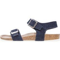Genuins FASANO Sandały dark blue jeans. Niebieskie sandały chłopięce Genuins, z jeansu, z otwartym noskiem. W wyprzedaży za 146,30 zł.