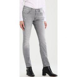 Marc O'Polo DENIM ALVA Jeansy Slim Fit combo. Szare jeansy damskie relaxed fit marki Marc O'Polo DENIM. W wyprzedaży za 364,65 zł.
