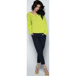 Limonkowy Sweter Krótki Oversizowy z Dekoltem V. Czerwone swetry klasyczne damskie marki Molly.pl, l, z jeansu, biznesowe, z dekoltem na plecach, z długim rękawem. Za 98,90 zł.