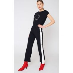 Calvin Klein T-shirt pod szyję Tika - Black. Czarne t-shirty damskie Calvin Klein, z nadrukiem, z bawełny. Za 161,95 zł.