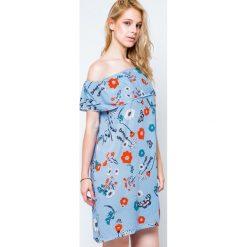 Sukienki balowe: Sukienka z dekoltem carmen zdobiona nadrukiem w kwiaty i motyle niebieska