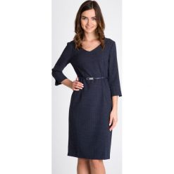 Ołówkowa sukienka w kropeczki QUIOSQUE. Szare sukienki balowe QUIOSQUE, do pracy, uniwersalny, w paski, z tkaniny, z dekoltem na plecach, dopasowane. W wyprzedaży za 149,99 zł.