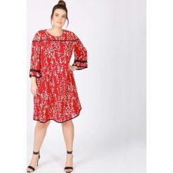Sukienki hiszpanki: Sukienka rozszerzana, półdługa, z nadrukiem