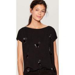 Koszulka z puszystą aplikacją - Czarny. Czarne t-shirty damskie Mohito, l, z aplikacjami. Za 59,99 zł.