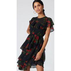 Sukienki: NA-KD Boho Asymetryczna sukienka z falbaną - Multicolor