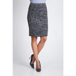 Czarno-biała spódnica midi QUIOSQUE. Białe spódniczki dzianinowe marki QUIOSQUE, biznesowe, midi, proste. W wyprzedaży za 96,00 zł.