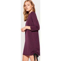 Dzianinowa sukienka z wiązaniem - Bordowy. Czerwone sukienki dzianinowe marki Mohito, l. W wyprzedaży za 79,99 zł.