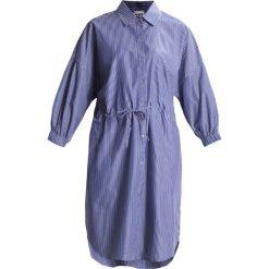 Sukienki hiszpanki: Amorph Berlin MIA DRESS DRAWSTRING Sukienka koszulowa blue