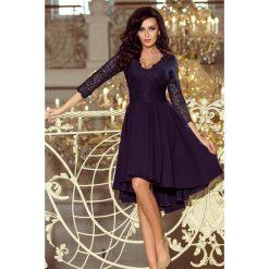 KLARA - sukienka z dłuższym tyłem z koronkowym dekoltem - GRANATOWA. Niebieskie sukienki asymetryczne marki numoco, na imprezę, s, w kwiaty, z jeansu, sportowe. Za 219,99 zł.