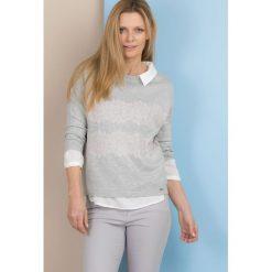 Swetry klasyczne damskie: Sweter zdobiony koronką