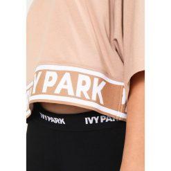 Topy sportowe damskie: Ivy Park LOGO TAPE BOXY CROP CREW TEE Tshirt z nadrukiem sand