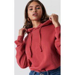 NA-KD Basic Bluza z kapturem basic - Red. Różowe bluzy z kapturem damskie marki NA-KD Basic, prążkowane. Za 100,95 zł.