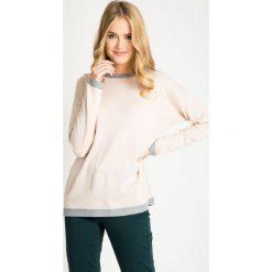 Jasnoróżowy sweter z szarymi wstawkami QUIOSQUE. Szare swetry klasyczne damskie marki QUIOSQUE, uniwersalny, z kontrastowym kołnierzykiem. W wyprzedaży za 49,99 zł.