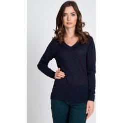Granatowy sweter z błyskiem QUIOSQUE. Szare swetry klasyczne damskie marki QUIOSQUE, na co dzień, s, w koronkowe wzory, z dzianiny, z klasycznym kołnierzykiem, ołówkowe. W wyprzedaży za 49,99 zł.