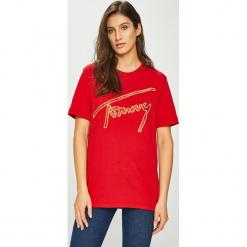 Tommy Jeans - Top. Różowe topy damskie marki Tommy Jeans, l, z aplikacjami, z bawełny, z okrągłym kołnierzem. Za 179,90 zł.
