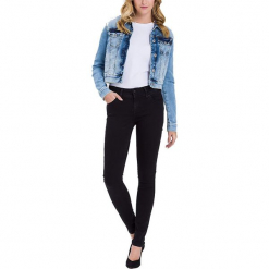 """Dżinsy """"Melinda"""" - Skinny fit - w kolorze czarnym. Czarne rurki damskie marki Cross Jeans, z aplikacjami. W wyprzedaży za 136,95 zł."""