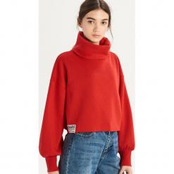 Krótka bluza z golfem - Czerwony. Czerwone bluzy damskie Sinsay, l, z krótkim rękawem, krótkie. Za 49,99 zł.