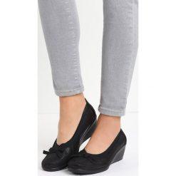 Czarne Czółenka Abella. Czarne buty ślubne damskie Born2be, z okrągłym noskiem, na koturnie. Za 49,99 zł.