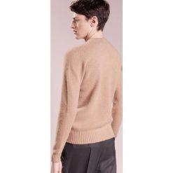 Drumohr GIROCOLLO GARZATO Sweter camel. Białe swetry klasyczne męskie marki Bambi, l, z nadrukiem, z okrągłym kołnierzem. W wyprzedaży za 719,40 zł.